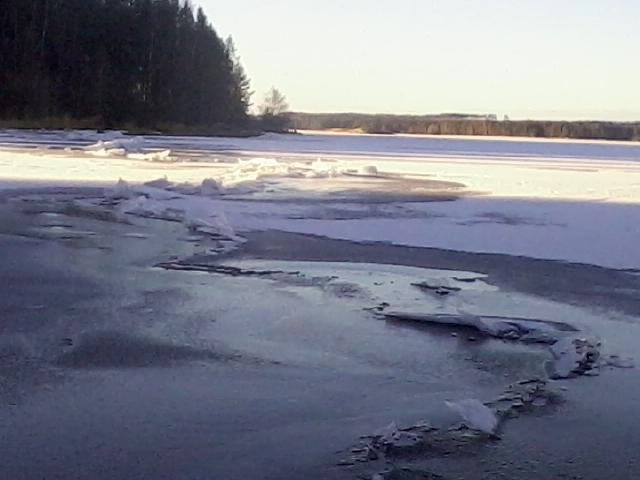 Ice cracs, emitting howling and singing sounds